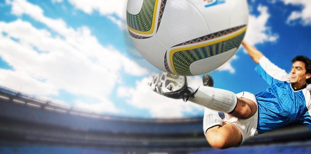 Un jugador de fútbol golpeando una pelota